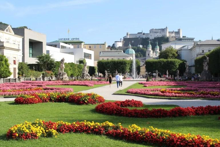 Ein Spaziergang durch den Mirabellgarten führt vom Schloss Mirabell Richtung Altstadt