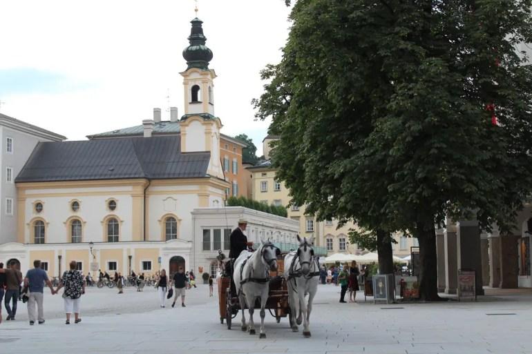 Auch in Salzburgs Altstadt gehören die Fiaker zum Straßenbild