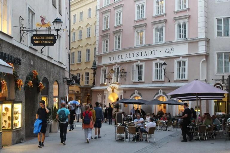 Auch am Abend lohnt sich ein Bummel durch Salzburgs Altstadt mit ihren vielen Restaurants und Cafés