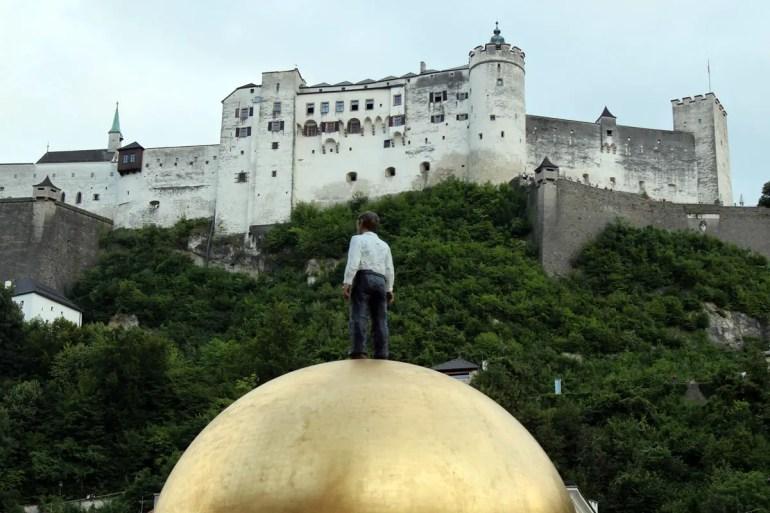 Der Mann auf der goldenen Kugel: Sphaera heißt das Kunstwerk auf dem Kapitelplatz