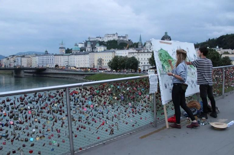 Salzburgs pittoreske Silhouette inspiriert auch viele Künster - wie hier am Makartsteg mit seinen Liebesschlössern