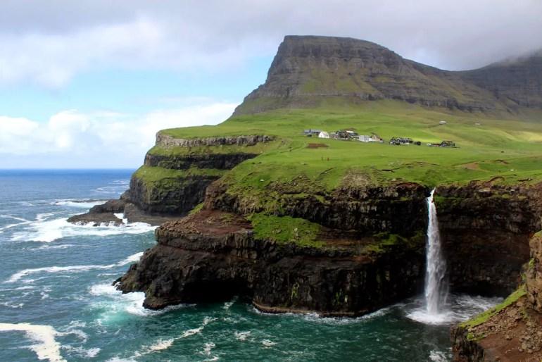Der Wasserfall bei Gasadalur ist eines der Wahrzeichen der Färöer Inseln