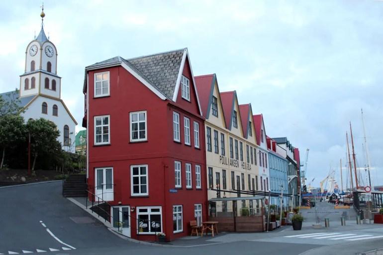 Kirche und Hafenpromenade in Tórshavn