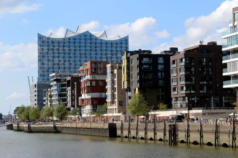 Beliebt für Sonntagsspaziergänge: der Strandkai mit Blick auf die Elbphilharmonie