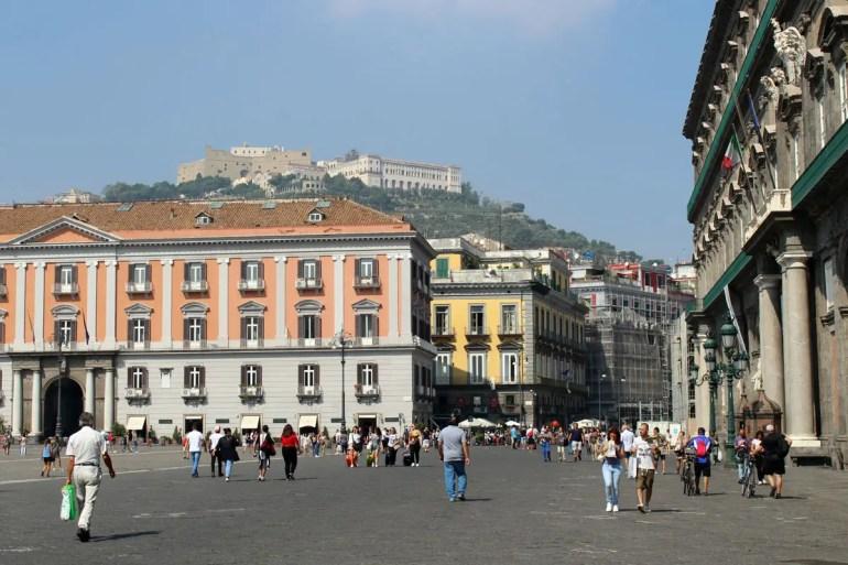 Vom Piazza del Plebiscito geht der Blick bis hoch zum Castel Sant Elmo