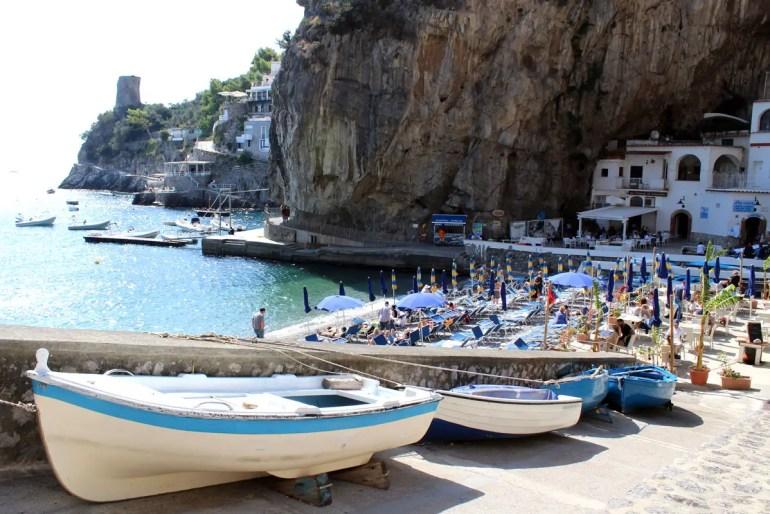 Bucht im Fels: die Marina die Praia unweit von Praiano