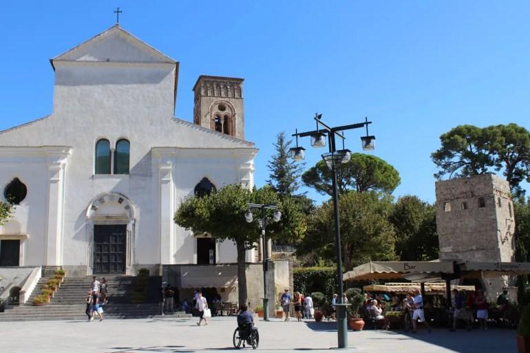 Den zentralen Platz in Ravello überragt der Dom