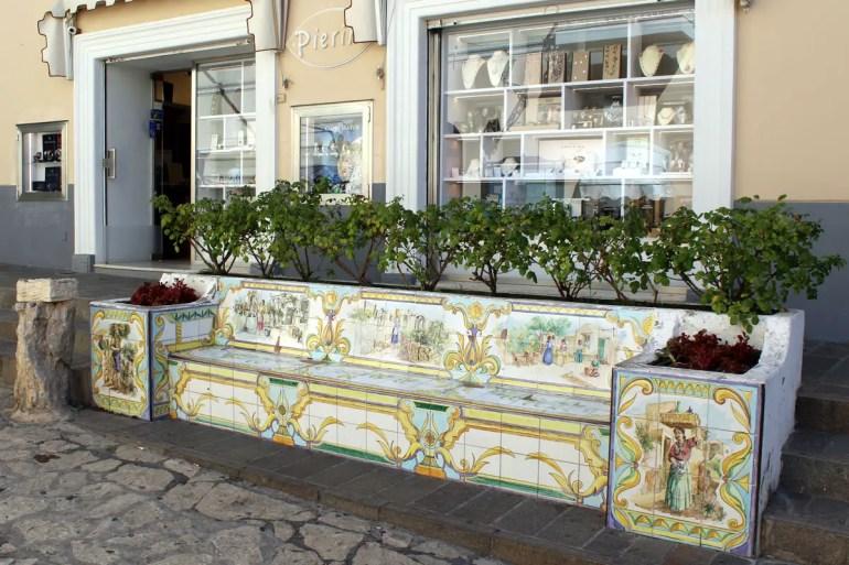 Die Keramik ist auf der Insel allgegegenwärtig, sogar die Bänke sind hier künstlerisch gestaltet