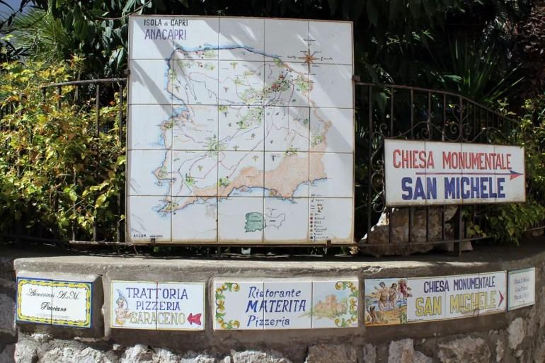 Auf Capri sind sogar die Hinweisschilder aus Keramik