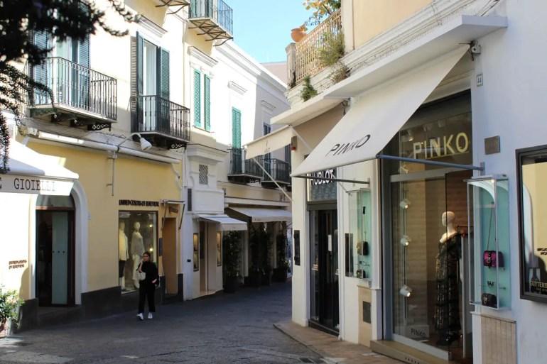 Die schicken Geschäfte im Zentrum von Capri laden zum Bummeln ein