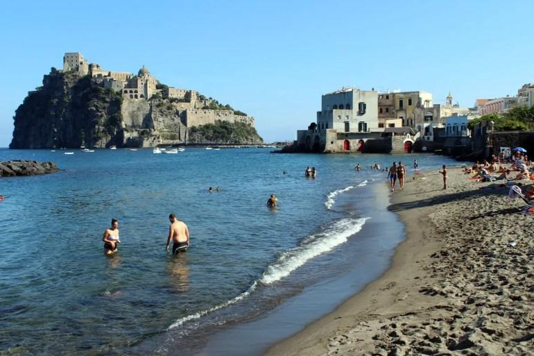 Strand mit Ausblick auf das Castello Aragonese