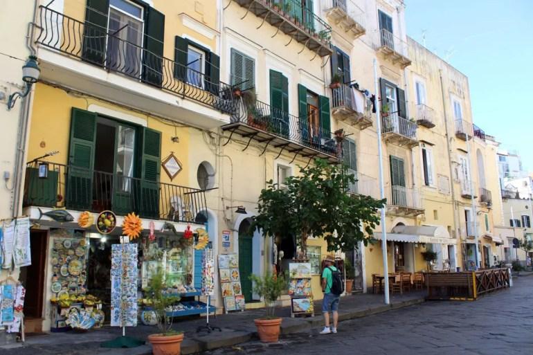 Einkaufen im Zentrum von Ischia Ponte