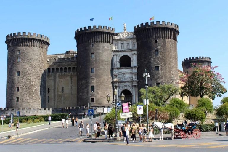 Trutzburg mitten in der Stadt: das Castel Nuovo
