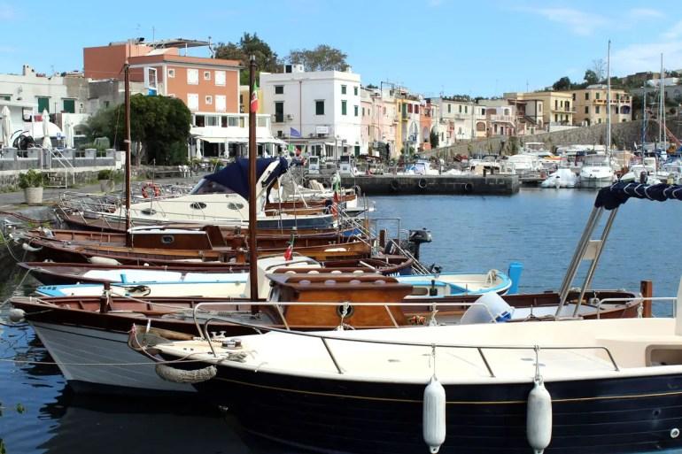 Auch im Hafen von Marina Chiaiolella sin die Häuschen bunt