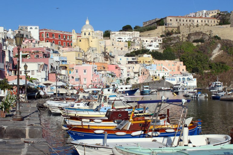 Im kleinen Hafen von Corricella liegen noch vor allem Fischerboote
