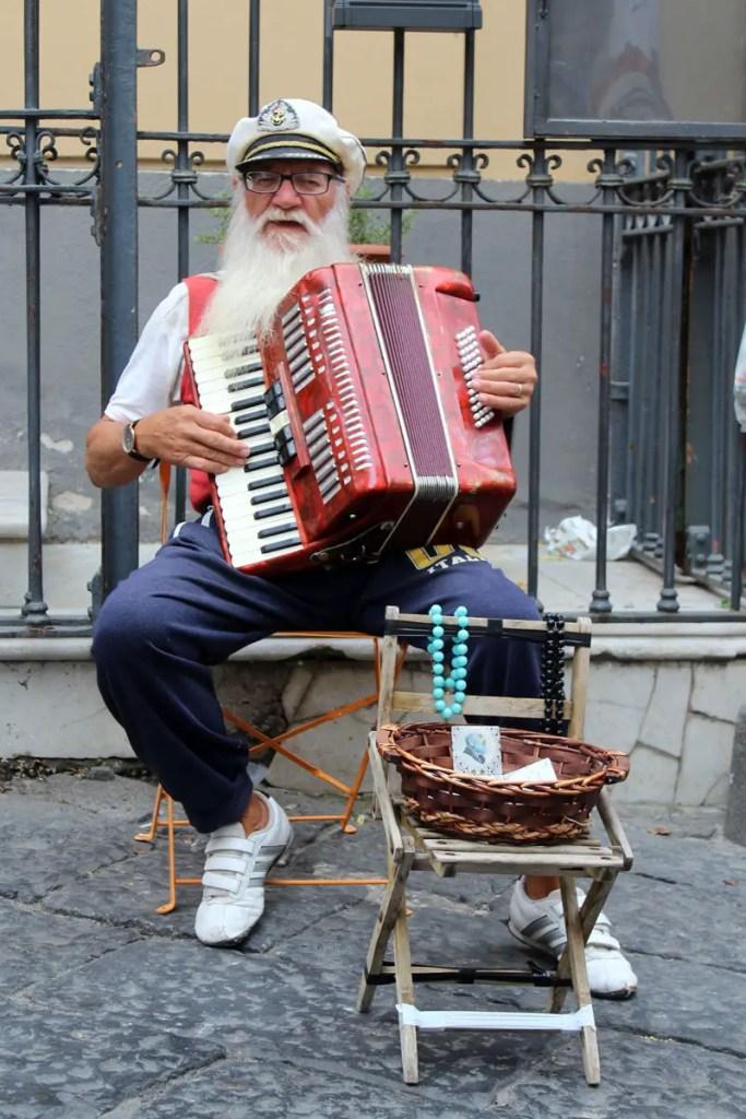 Ein alter Seebär spielt Lieder auf dem Akkordeon