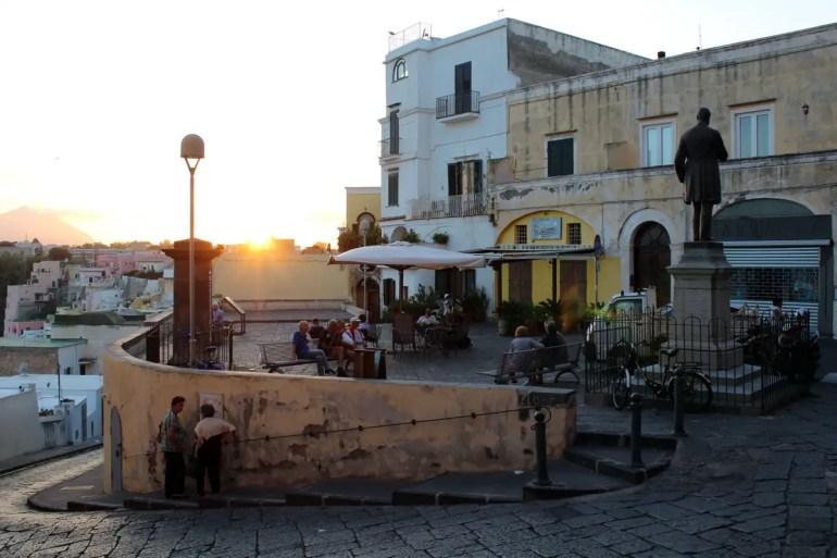 Auf Procida sind die Gassen eng, der Hafen von Corricella ist nur über Treppen erreichbar