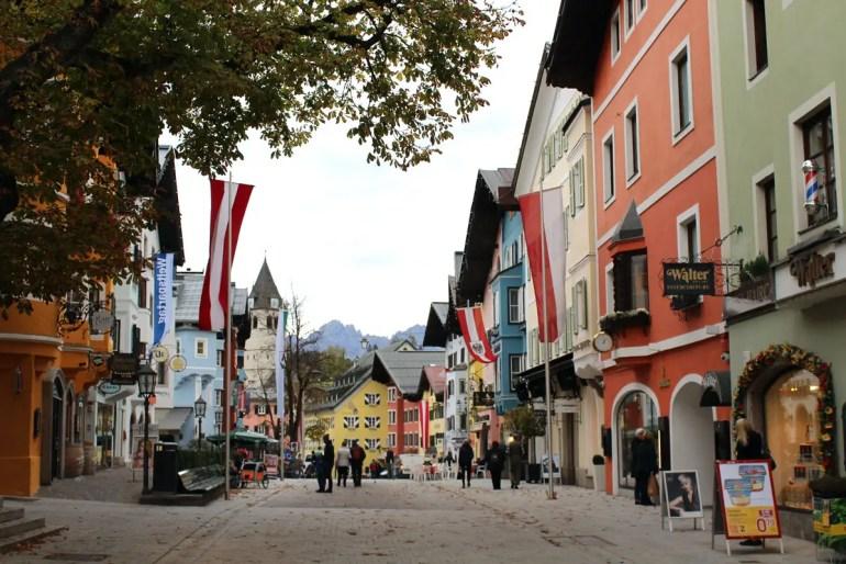Die Vorderstadt von Kitzbühel lädt zum Bummeln ein - mit dem Kaisergebirge am Horizont