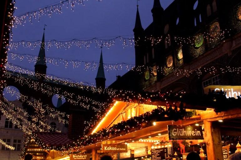 In Lübeck findest du einen der schönsten Weihnachtsmärkte im Norden