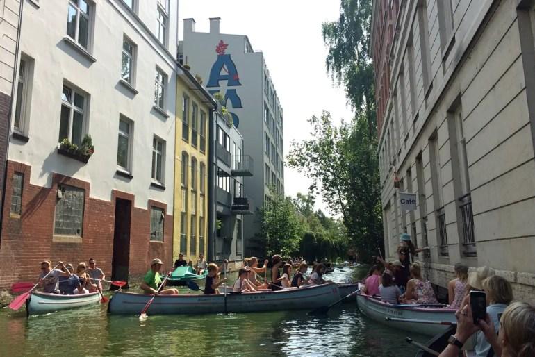 Das ist definitiv eines der außergewöhnlichsten Cafés in Hamburg: Im Café Canale werden Kaffee und Kuchen auch ins Boot serviert