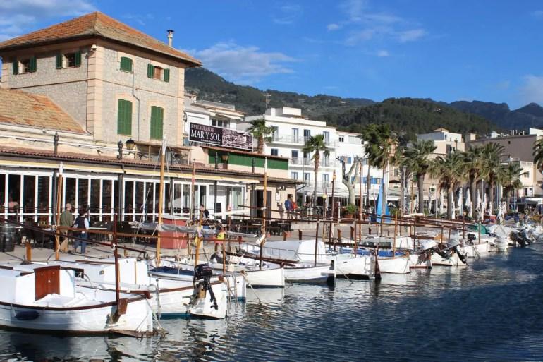 Neben dem Bahnhof von Port de Sóller liegen zahlreiche Fischerboote im Wasser