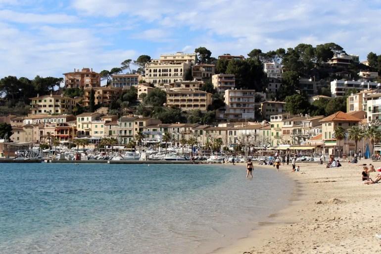 Im Hafenort Sóller beginnt der Strand direkt nebenn der Promenade