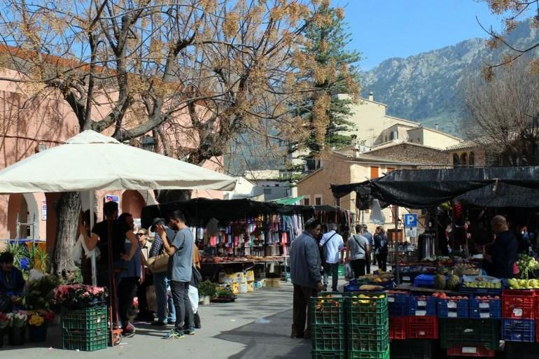 In und neben der Markthalle von Soller kannst du lokale Produkte kaufen