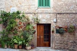 In Valldemossa sind viele Mauern mit Wandgärten geschmückt
