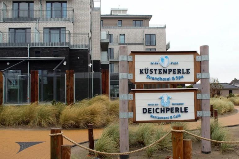 Das Hotel Küstenperle mit dem Restaurant Deichperle liegt direkt hinter dem Deich