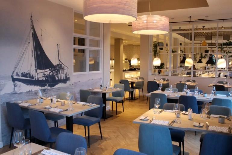 Der Fischkutter an der Wand sorgt im Restaurant Deichperle für maritimes Flair