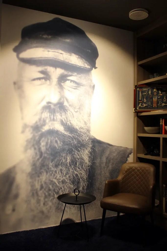 Der riesige Seemann ist der Hingucker in der kleinen Bibliothek