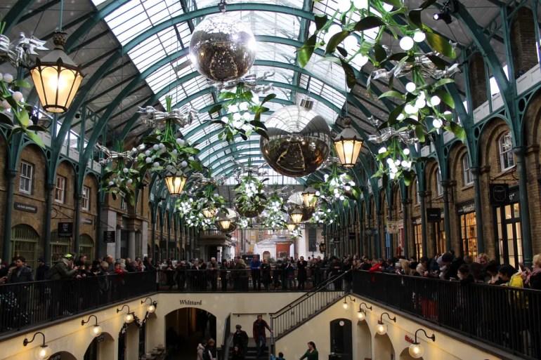 Covent Garden ist mit riesigen Weihnachtsbaumkugel und Mistelzweigen geschmückt