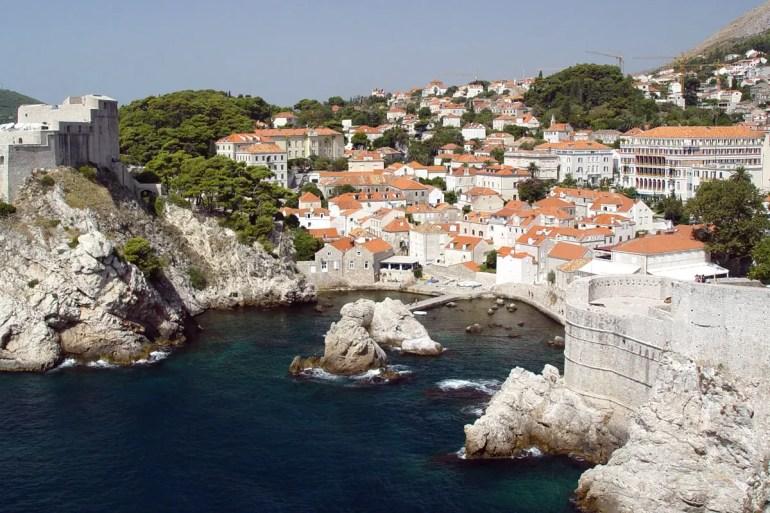 Auch Dubrovnik liegt direkt am Mittelmeer und ist perfekt für einen Städtetrip im Frühjahr