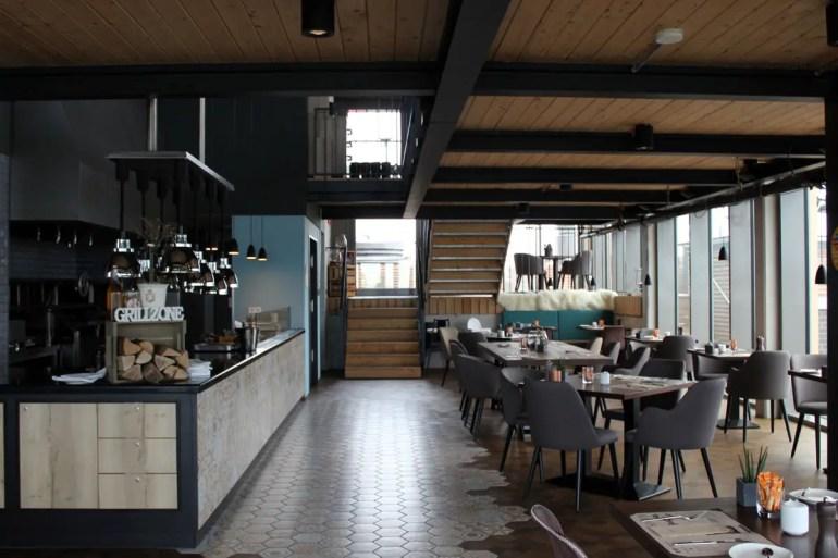 Mittags und Abends wird im The Grand Grand Grill in der offene Küche gekocht