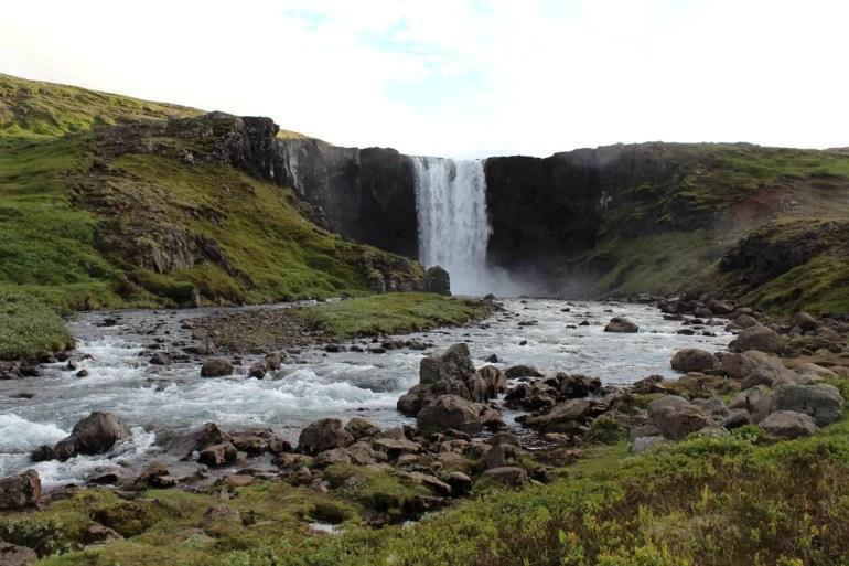 Ein Wasserfall unterwegs im Norden