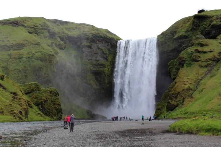 Der Skogafoss zählt zu den bekanntesten Wasserfällen Islands