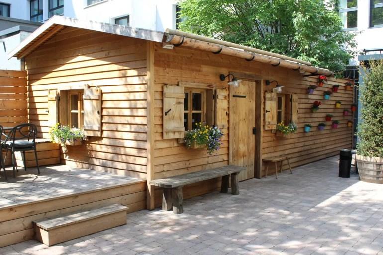 Mitten in München steht im Hinterhof eine Berghütte