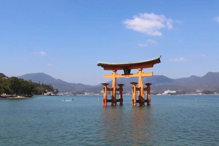 Eines der beliebtesten Fotomotive Japans: das rote Tori von Miyajima