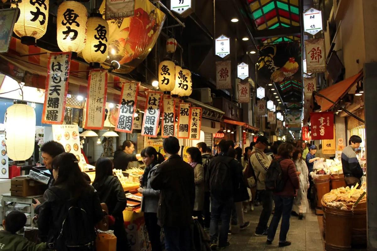 Der Nishiki-Markt im Zentrum von Kyoto bietet eine breite Auswahl an Waren