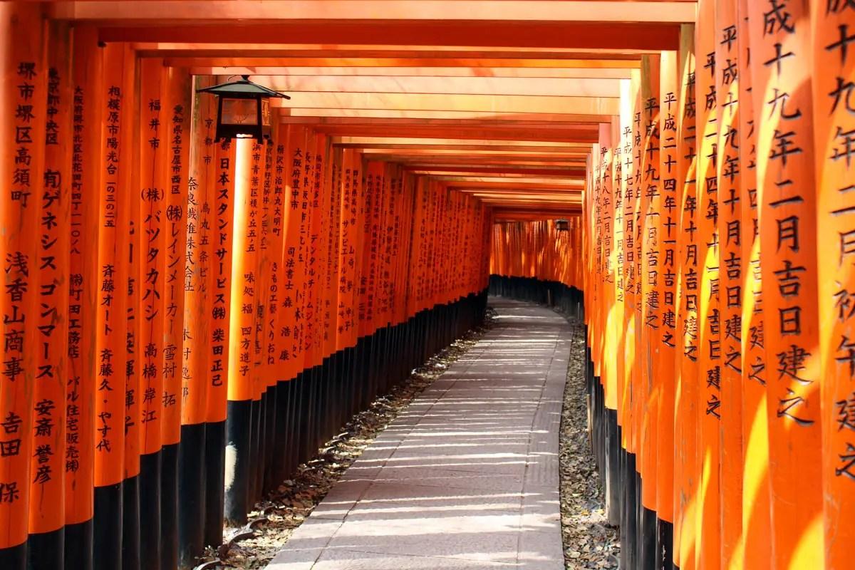 Ein Highlight in Kyoto: die roten Tori im Fushimi Inara-Schrein