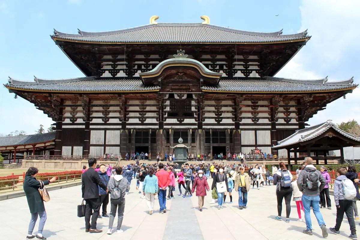 Der Todai-ji Tempel in Nara ist das größte Holzgebäude der Welt
