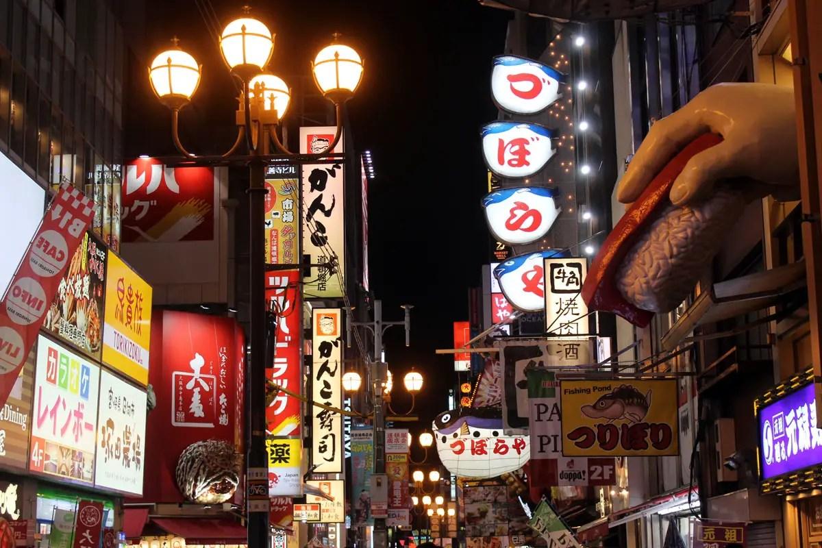 Osakas Viertel Dotonbori ist das Zentrum des Nachtlebens