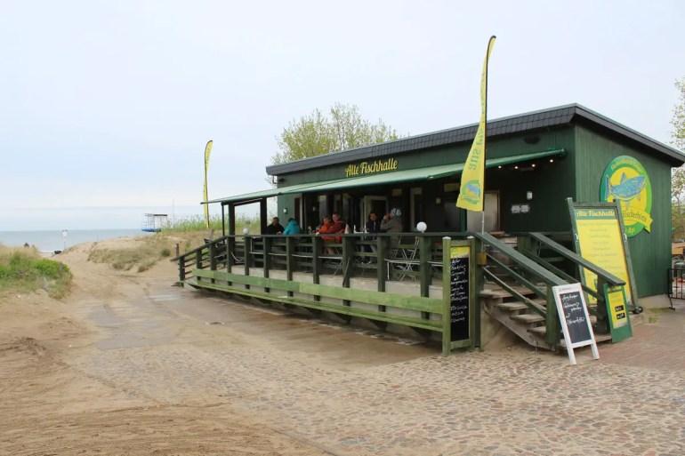 Frische Fischbrötchen gibt's in Uwes Fischerhütte in Ahlbeck