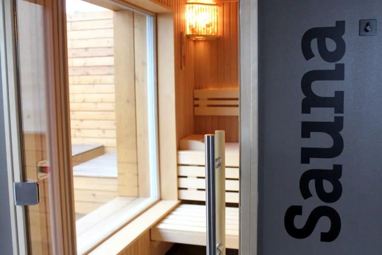 Die finnische Sauna bietet Ausblick auf die Terasse