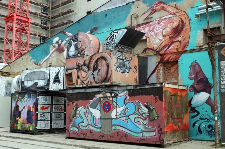 Auch über die alten Gebäude zieht sich die bunte Straßenkunst