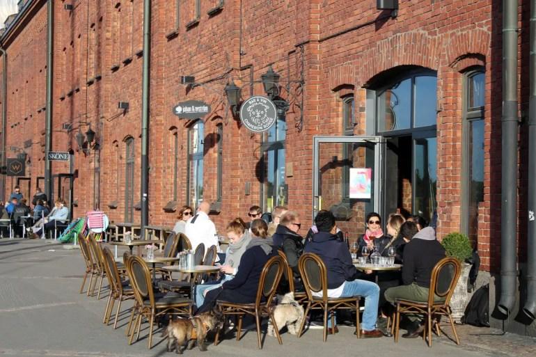 In den Speicherhäusern unterhalb der Kathedrale findest du zahlreiche Bars und Cafés
