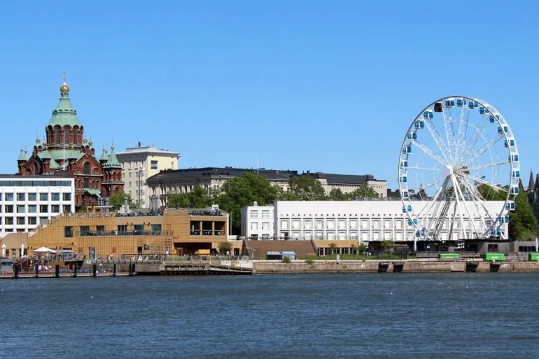 Blick auf Riesenrad, Allas Sea Pool und Uspenski-Kathedrale