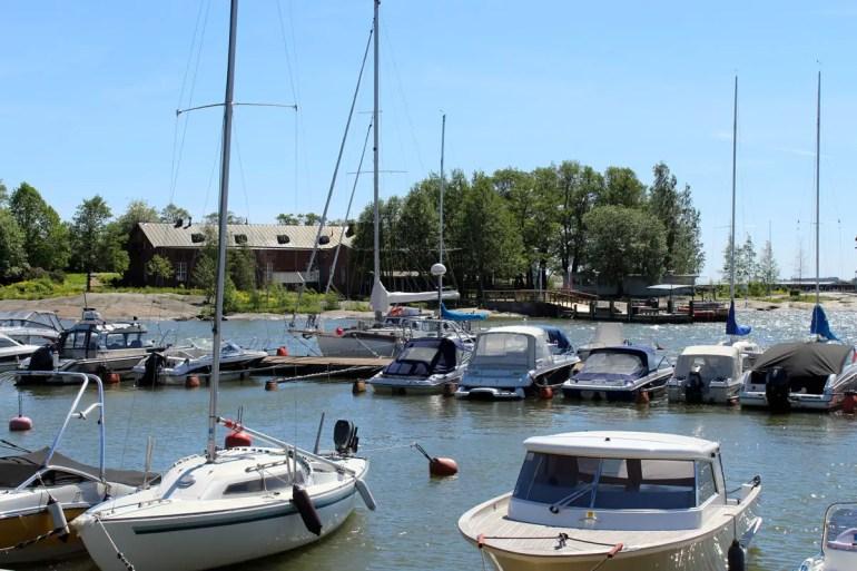 Direkt in der Stadt liegen in Helsinki die Yachten im Wasser