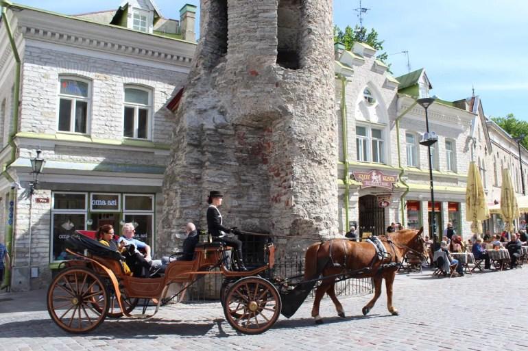 Durch Tallinns Altstadt fahren auch die typischen Kutschen