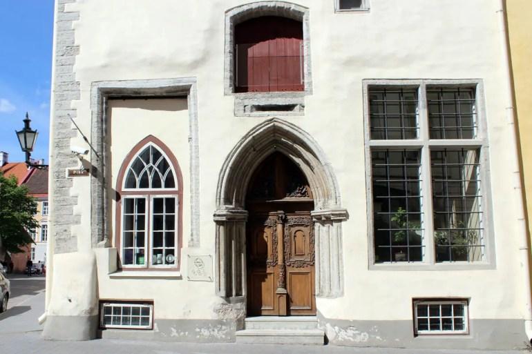 Der steinerne Eingang einer der drei Schwestern